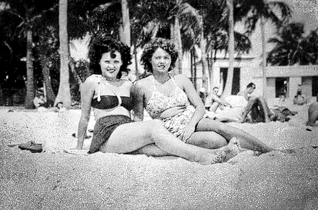 Elizabeth-Short-Summer-1946-with-friend-Marge-Dyer-at-CA-beach
