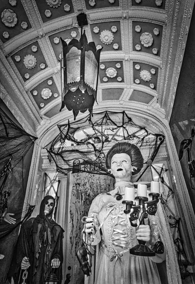 Halloween-mannequin-of-Madame-Lalaurie